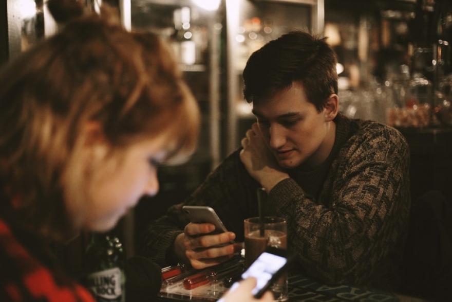 Дигитален детокс: Кога мобилните телефони нѐ прават напнати, а зависноста од нив е сѐ поголема