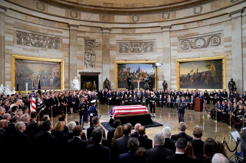 ФОТО: Ковчегот со посмртните останки на Џорџ Буш изложен во Вашингтон