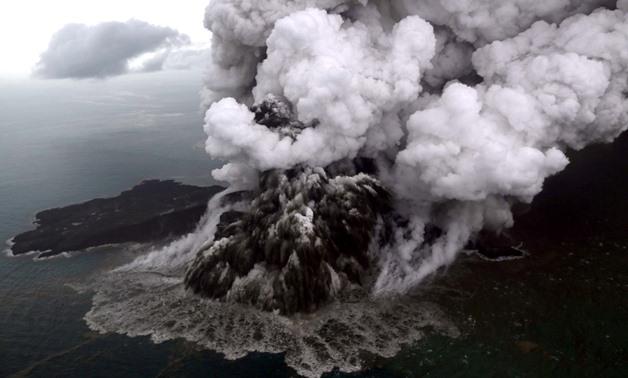 Од оваа видео снимка ќе ви се заледи крвта: Нова ерупција на вулканот во Индонезија која сее страв од ново цунами
