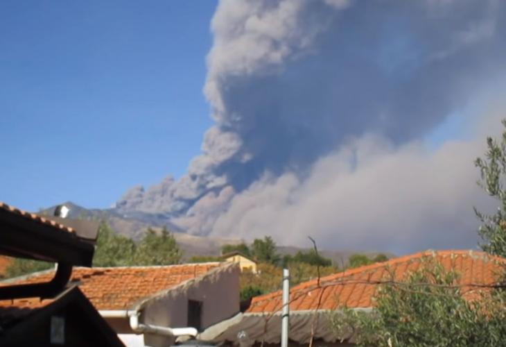 (ВИДЕО) Етна денеска еруптираше: Исфрла огромни количини пепел, регистрирани 130 верижни земјотреси