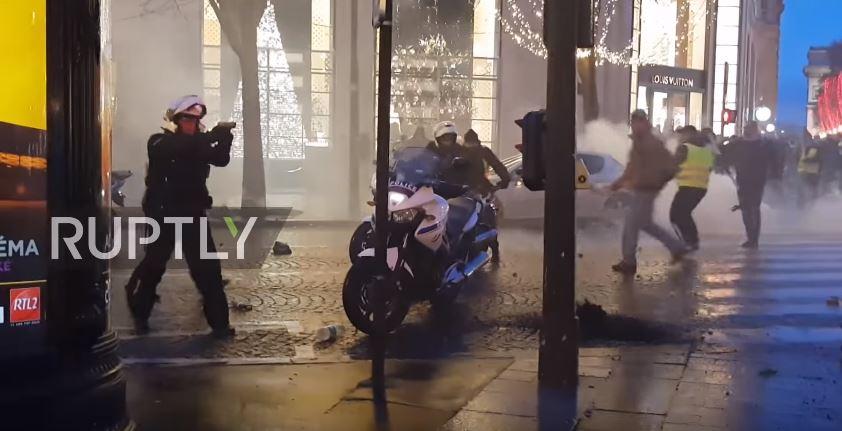 """ВИДЕО: Полицаец во Франција впери пиштол кон """"Жолтите елеци"""""""
