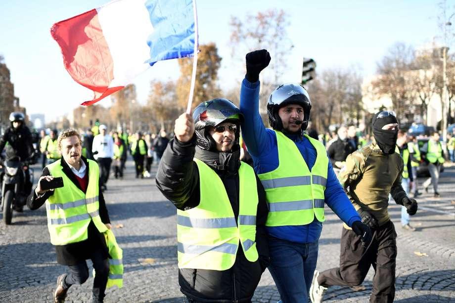 """Франција: На протестите на """"жолтите елеци"""" уапсени околу 700 луѓе"""