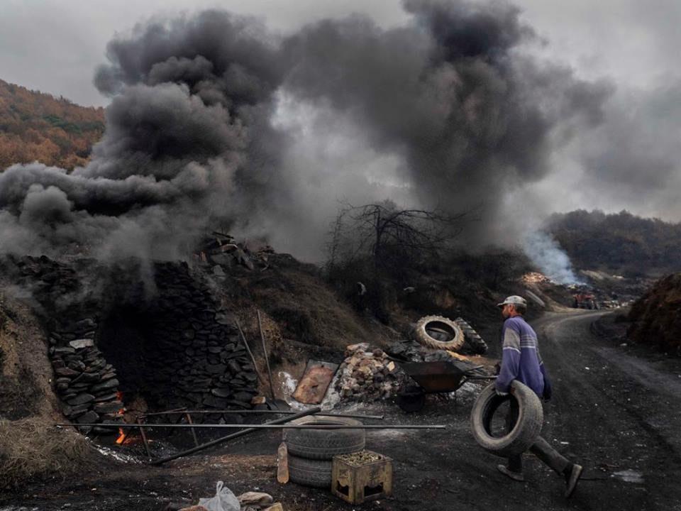 О2 Иницијатива: Ложење гуми во печки за вар кај Костурино, струмичко – За ова се лежи во затвор (ФОТО)