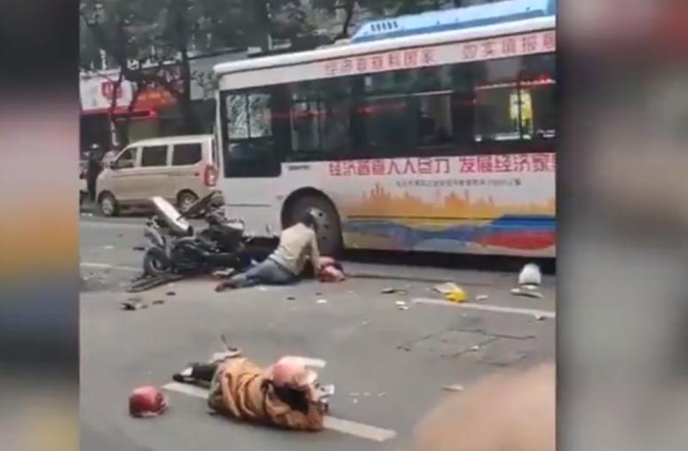 ХОРОР: Маж украл автобус и влетал во толпа луѓе, најмалку петмина загинати (ВИДЕО)