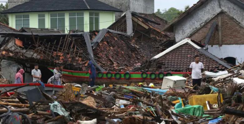 Бројот на жртвите во Индонезија достигна 429 лица, властите предупредуваат на ново цунами