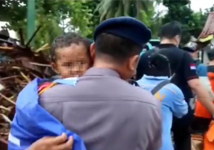 Вистинско чудо: 12 часа по смртоносното цунами во Индонезија спасувачките екипи спасија момче од под рушевините (ВИДЕО)