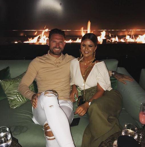 Со фудбалот не може да се пофали, но со неа се гордее: Сопругата на капитенот на Кардиф ги има најголемите гради во Премиер лигата