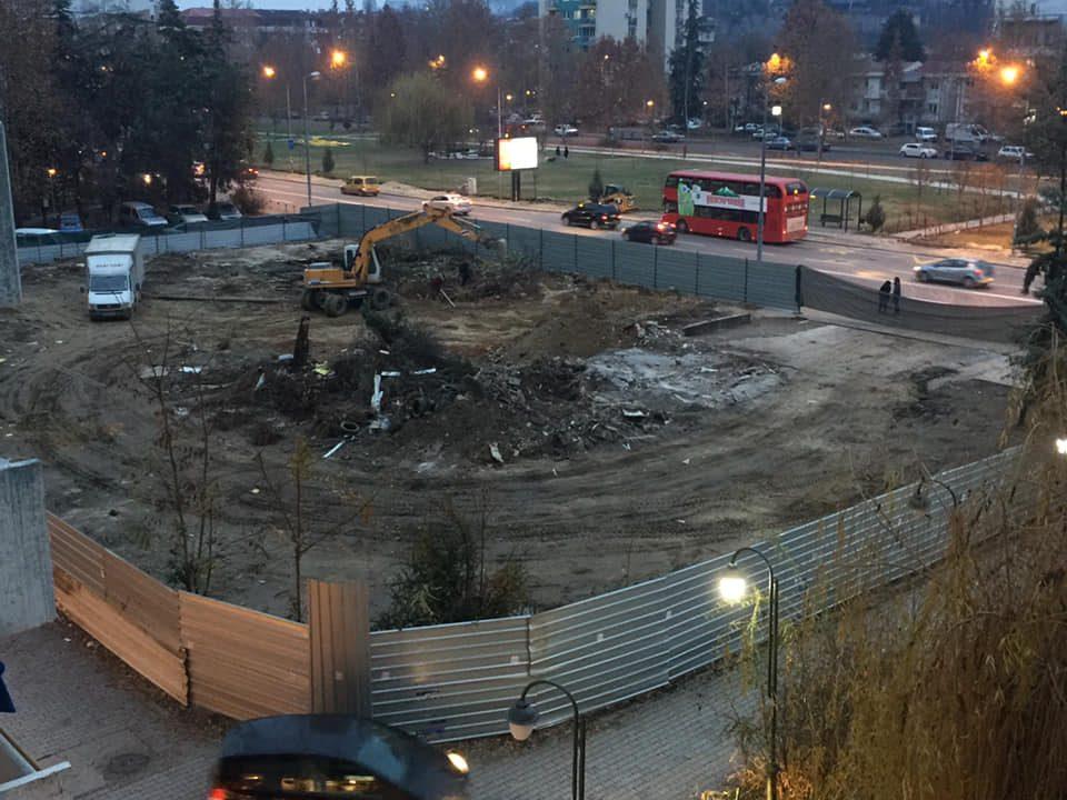 Лагите со кои се ветуваше повеќе зеленило во Карпош излегоа на виделина: Во Тафталиџе се сечат куп дрва за да никне зграда (ФОТО)