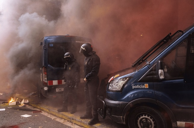Шестмина полицајци повреден при судири меѓу полицијата и демонстранти во Каталонија
