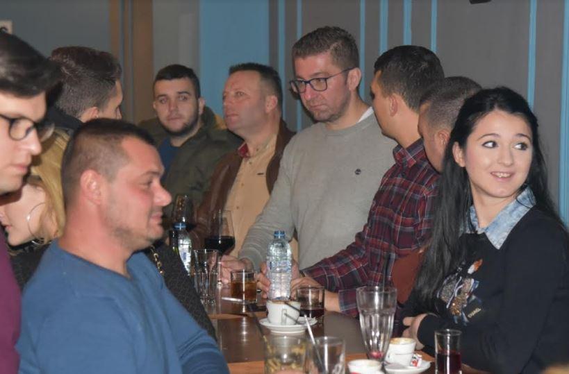 ФОТО: Мицкоски на дружба со младите во Кавадарци, му порачаа дека ја има нивната поддршка