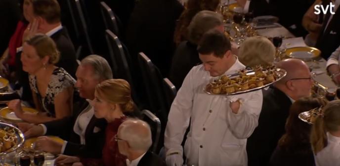 Мистер Бин од реалниот живот: Келнер им ја украде славата на нобеловците (ВИДЕО)