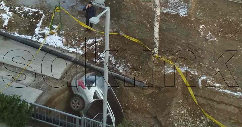 """ФОТО: Деца украле автомобил и пропаднале во дупка кај """"Сити мол"""""""