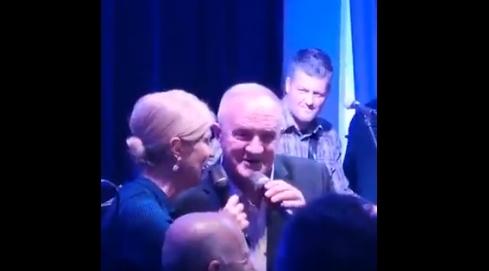 Колинда се фати за микрофон и почна да танцува (ВИДЕО)