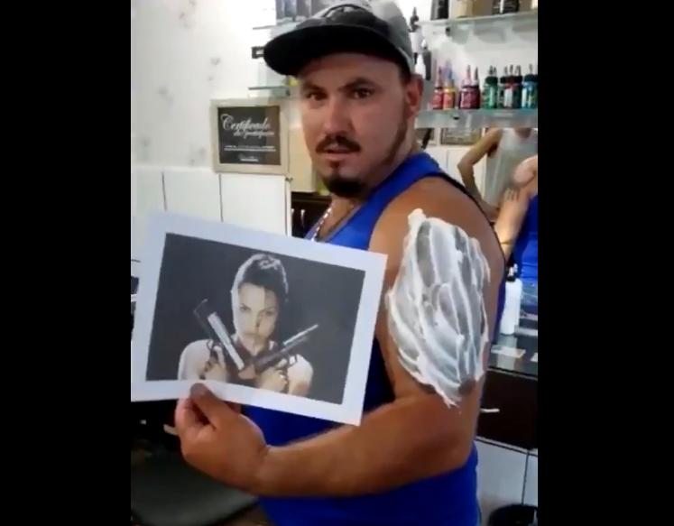 Обожавател на Анџелина Џоли сакал тетоважа со нејзиниот лик, но изгледа го згрешил тату-мајсторот (ВИДЕО)