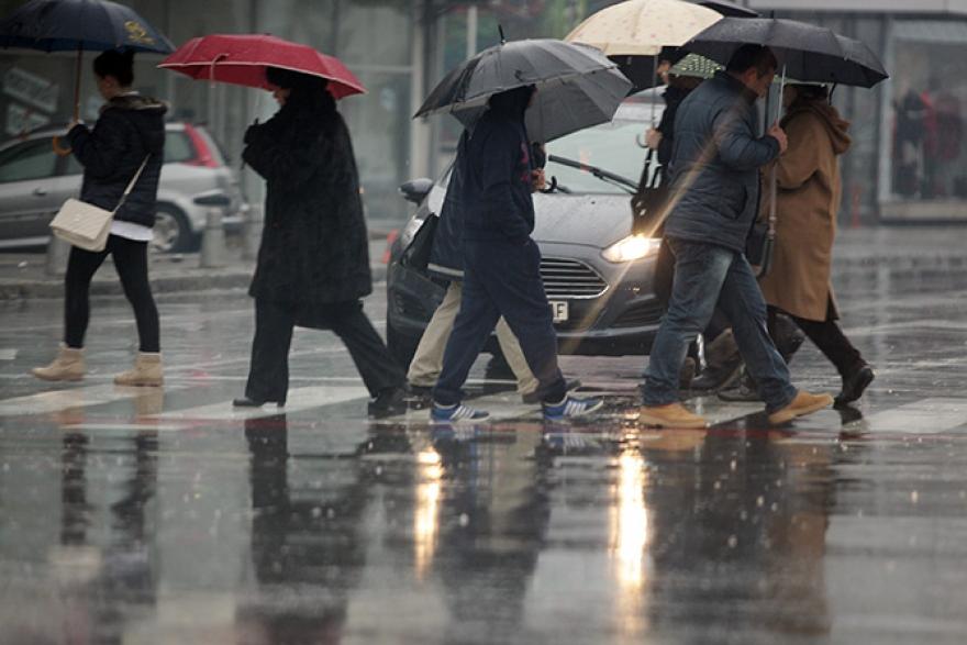 """Поплави, прекин во електричната енергија, паднати дрва- Циклонот """"Андреа"""" доаѓа кон Македонија- на овие места врне во моментов"""