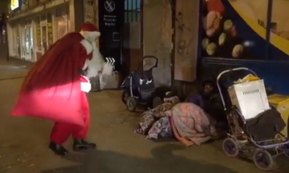 Понекогаш е потребно малку за голема среќа: Браво за најхуманиот Дедо Мраз на светот (ВИДЕО)