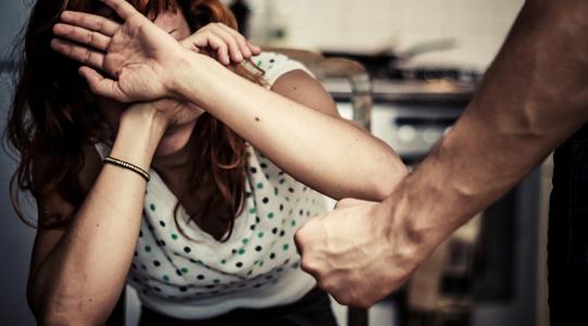 Млада скопјанка физички нападната и малтретирана од својот сопруг во нејзиниот дом