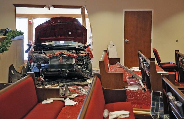 Охајо: Шестмина повредени при удар на автомобил во црква (ФОТО)