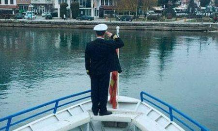 ВИДЕО: Со пуштени сирени, охридските бродари се простија од починатиот градоначалник