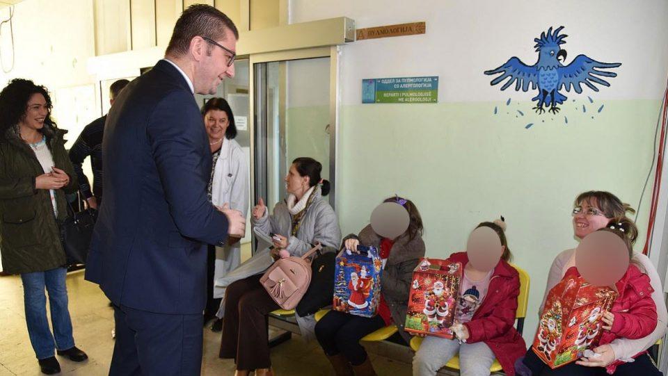 Мицкоски во посета на Детската клиника: На дечињата им подари пакетчиња и им посака многу здравје
