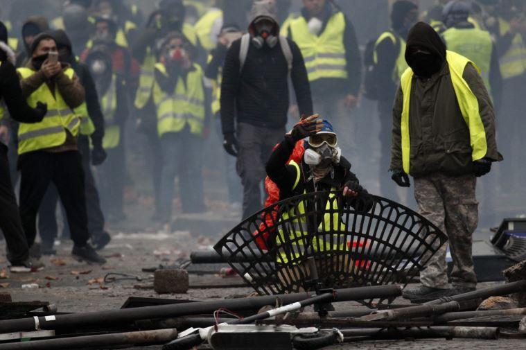 Париз: Околу 1.000 приведени демонстранти на протестите, меѓу нив 100 малолетници