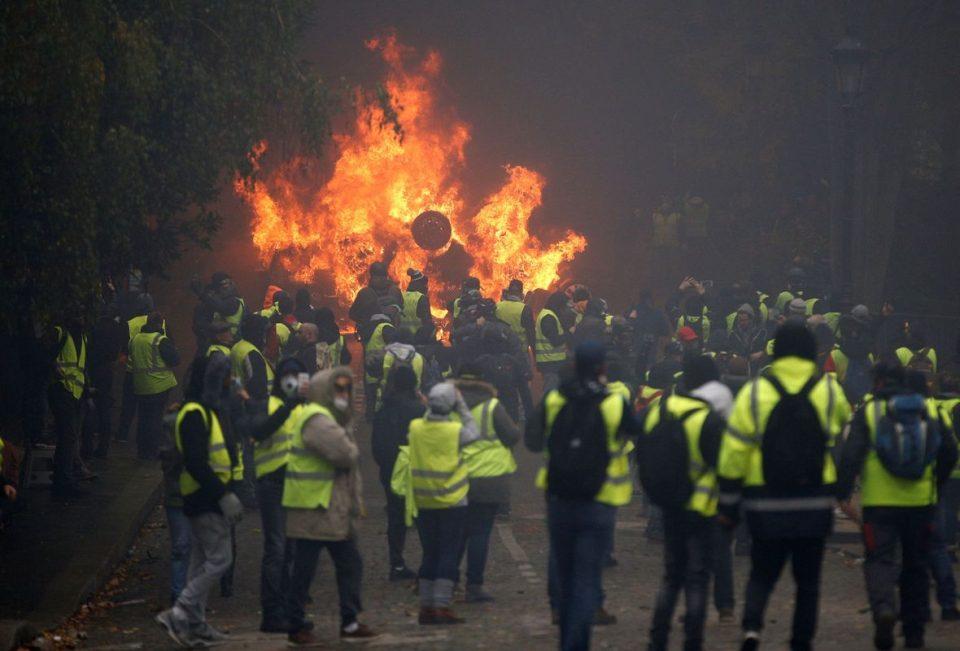 Во Париз приведени над 100 демонстранти