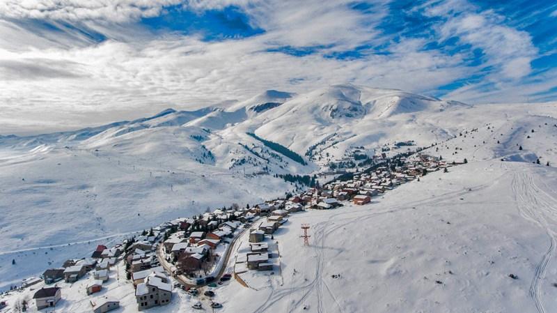 Снегот ги израдува скијачите: Утрово вистинска зимска идила во Маврово и Попова Шапка (ФОТО)