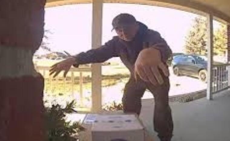 Кога ќе видите што прави овој поштар пред вратата, убаво ќе се изнасмеете (ВИДЕО)