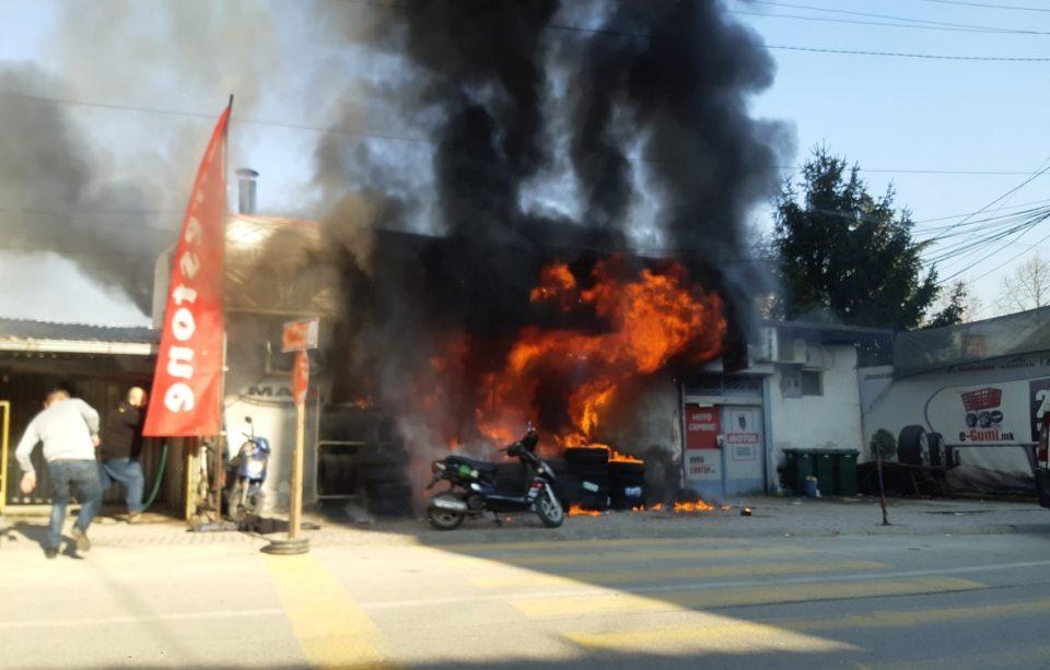 Во пожарот кај Рамстор интервенирале 8 возила и 22 пожарникари: Момчето кое изгоре било заглавено во продавницата (ВИДЕО)
