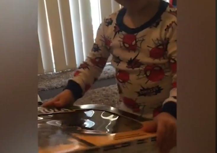 Детската емоција е најискрена: Урнебесни реакции на дечиња кои ги отвораат своите новогодишни подароци (ВИДЕО)