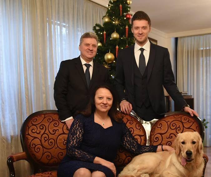 Со семејна фотографија Иванови ја честитаат Новата 2019 година