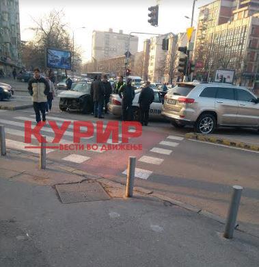 ФОТО: Сообраќајка кај Симпо, учествувале две возила