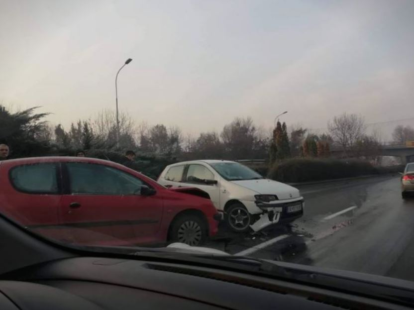 ФОТО: Сообраќајка го блокира сообраќајот во Автокоманда цели два часа