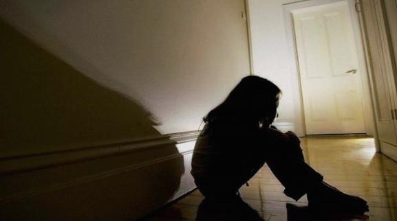 Хорор: Силувано 3-годишно девојче од соседот, таткото го нашол без свест