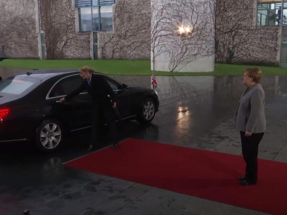ВИДЕО: Меј остана заглавена во автомобилот кога стигна на средбата со Меркел
