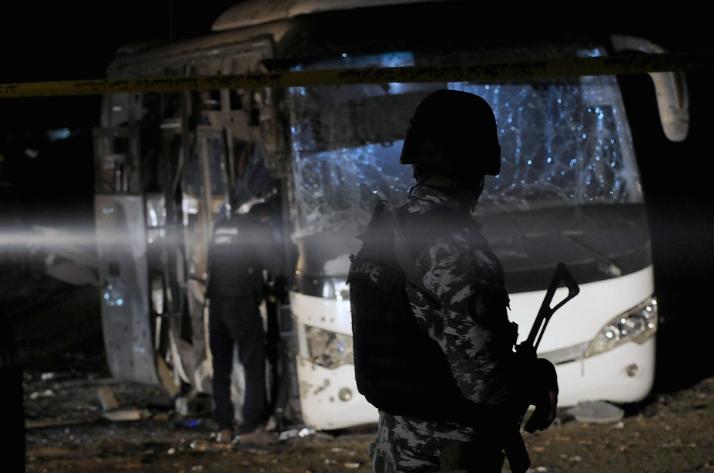 Тројца убиени и 10 повредени во бомбашкиот напад врз автобус со виетнамски туристи во Гиза