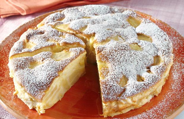Сочен колач со јаболки и ореви и неодолив крем од сирење