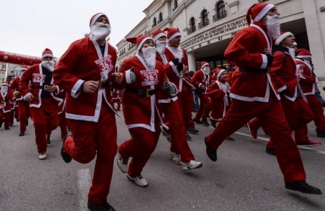 Традиционална трка на дедомразовци во Скопје