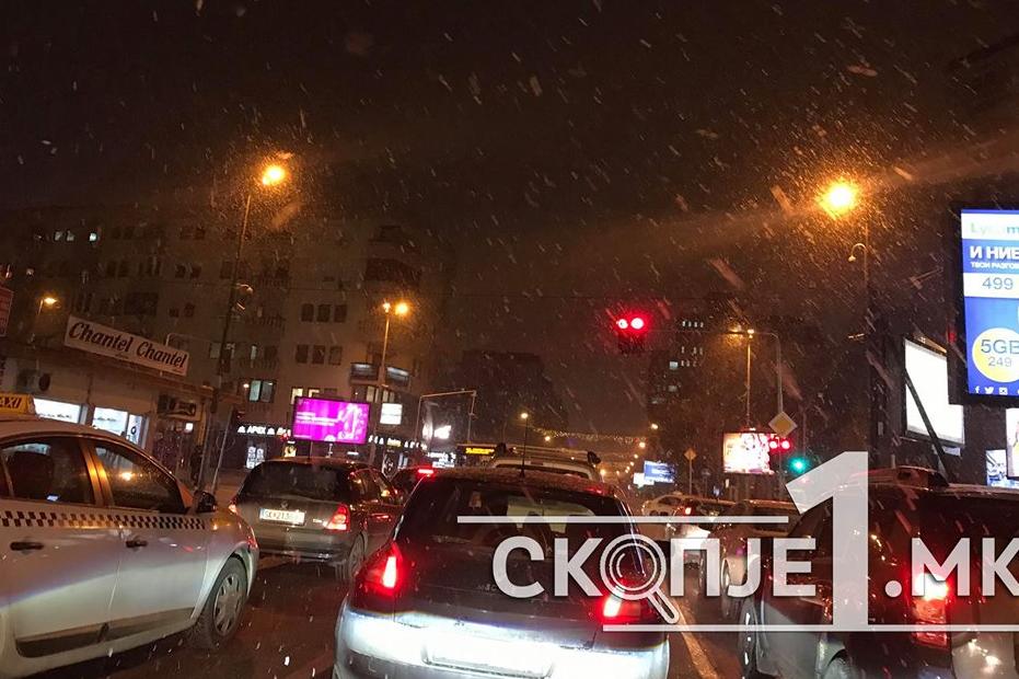 Улиците во Скопје се претвараат во лизгалишта, властите не очекувале снег