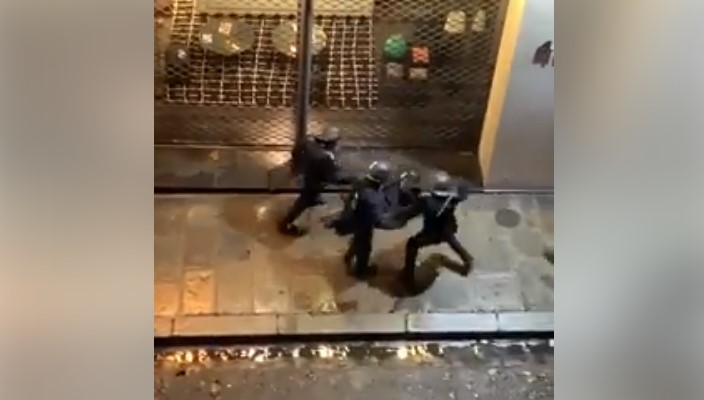 ПРОТЕЧЕ СНИМКА: Светот згрозен од полициската бруталност на француските власти (ВИДЕО)
