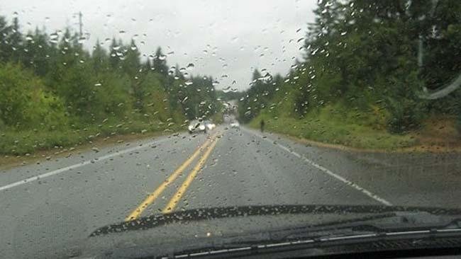 Сообраќајот по влажни коловози, можни одрони низ котлините и клисурите