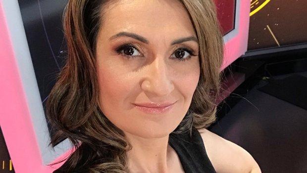 """ФОТО:  Новинарка била избркана од парламентот бидејќи нејзината маица откривала премногу- """"се соблекоа"""" и колешките во знак на поддршка"""
