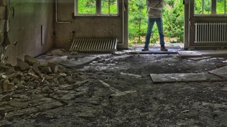 ВОЗНЕМИРУВАЧКО ВИДЕО: Во напуштена вила затекнаа стравична сцена, ѕидовите откриле ужасни злосторства