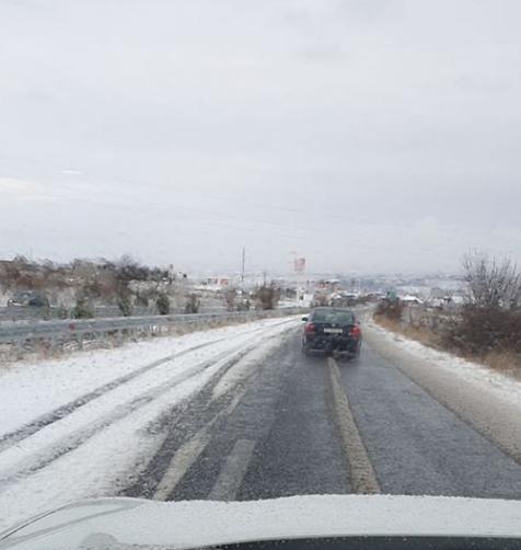 """Граѓаните револтирани: """"Македонија пат"""" во зимски сон, само една лента чиста на автопат!"""