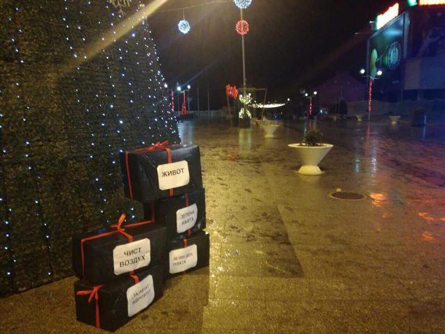 Младите во Струмица: Дедо Мраз наместо да донесе подароци, нека ги земе црнилата што ги донесе Владата