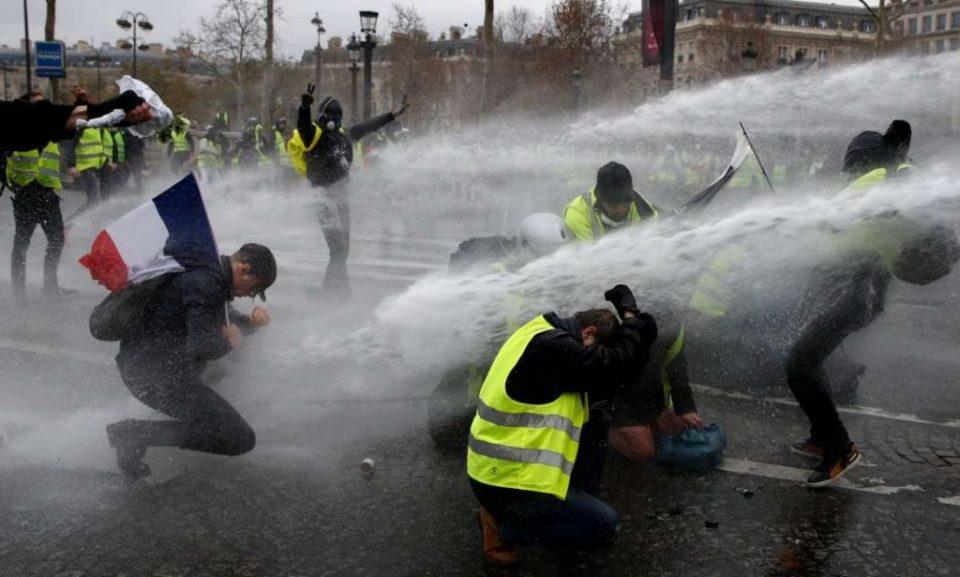 """Две новинарки нападнати за време на протестите на """"жолтите елеци"""" во Франција"""