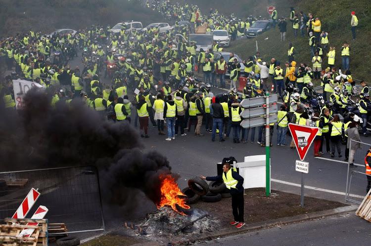"""На улица 89.000 полицајци: Франција подготвена за """"жолтите елеци"""""""