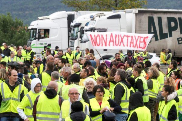 """Француските """"Жолти елеци"""" во помал број продолжуваат со протестите"""