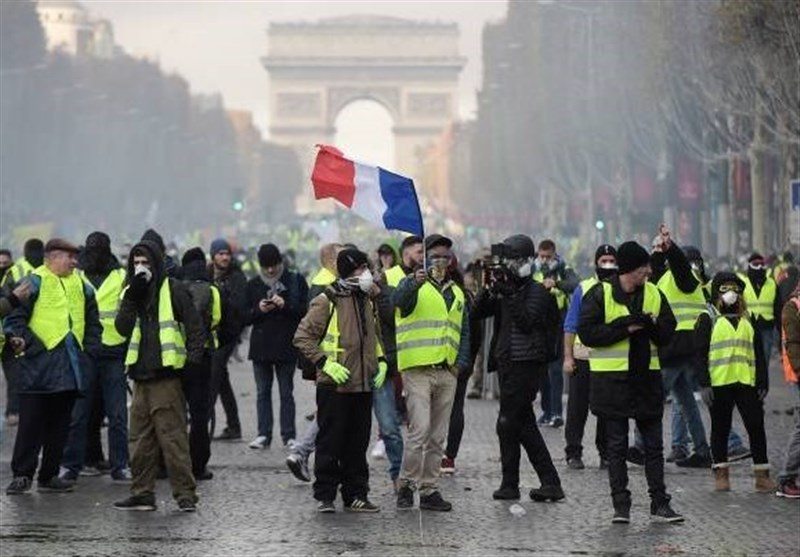 """Животот во Париз се враќа во нормала по вчерашните протести на """"жолтите елеци"""""""