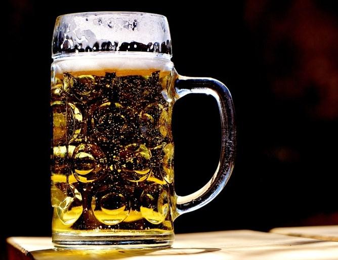 Лекари спасија пациент од смрт откако му вбризгале пет литри пиво во стомакот